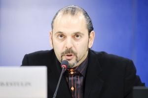 Estulin 2010. aastal Brüsselis, Euroopa Parlamendis peetud pressikonverentsil rääkimas Bilderbergi grupist.