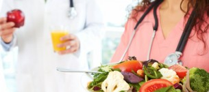 doctor-and-nurse-healthy-eating-food