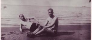 Kirjanik Eduard Vilde ja keemik Karl Luts rannas (1925)