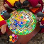 Tiibeti mungad liivamandalat tegemas (Salisbury katedraal 2013)