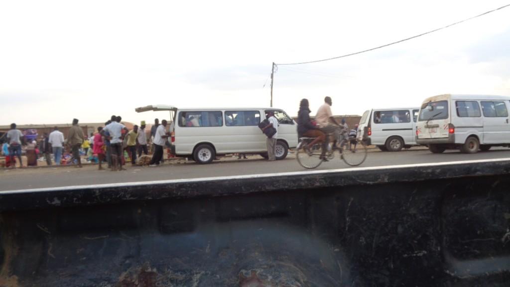 Ükskord topiti minibuss nii täis, et ühe sõirja maguskartulikott läks katki ja kõik lähedal seisjad hakkasid kartuleid taskutesse kühveldama...