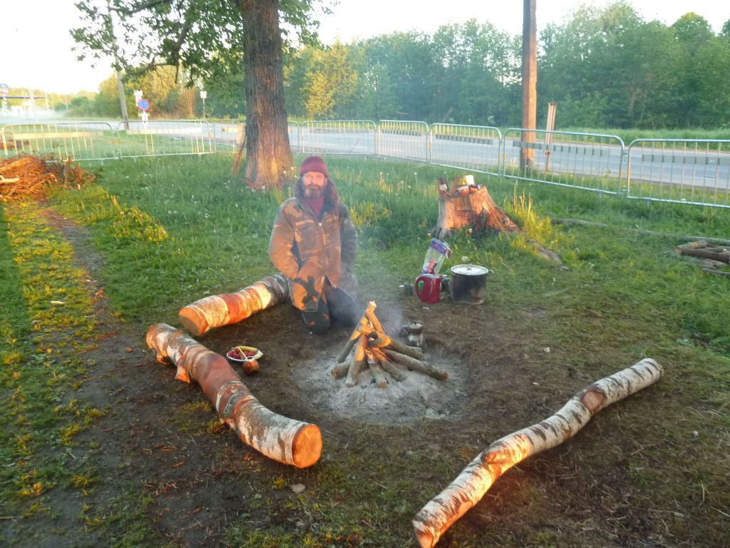 Kolmandat nädalat Emapaju kaitsev ja energiaringi hoidev Mati päikesetõusu kiirtes