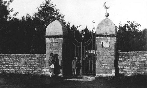 Tallinna muhameedlaste kalmistu kunagine värav. Kalmistu asutati 18. sajandi lõpus praeguse Siselinna kalmistu servale, kuid sõja ajal uputas selle pommitatabamuse saanud veesõlm. Vana kalmistumüür on aga Kaitseväe kalmistu kõrval tänaseni alles.